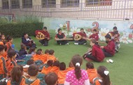 الفرقة الموسيقية أثناء القيام بتدريباتهم في حديقة الروضة بإشراف الأستاذ و عزفهم لطلاب الروضة